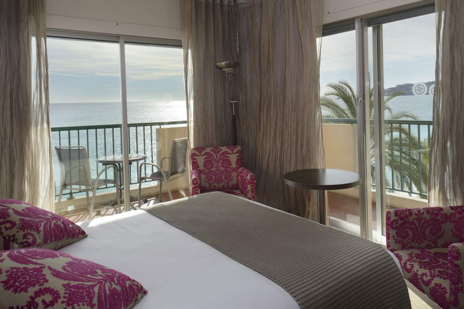 Chambre épurée design avec terrasse vue mer<span>Hôtel</span>Princess & Richmond à Menton